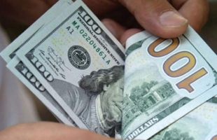 بالفيديو.. دولارات في مكب للنفايات في لبنان