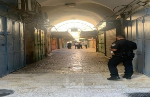 قناة عبرية: الشرطة الإسرائيلية تغلق المتاجر  في البلدة القديمة بالقدس